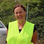 Klaudia Medalova, hlavná organizátorka misie a koordnitátorka YRE programu na Slovensku, v reflexnej veste počas návštevy skládky.