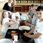 """<p>na projekte """"Tradície netradične"""" si deti mohli skúsiť aj pečenie chleba</p>"""