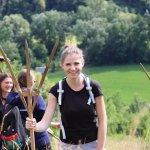 Mladí reportéri pri hrabaní lúk v Krivoklátskej doline. Autor fotografie: Matej Majerský (2020)