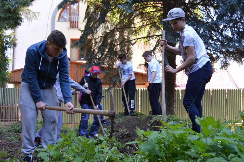 Čistenie okolia školy