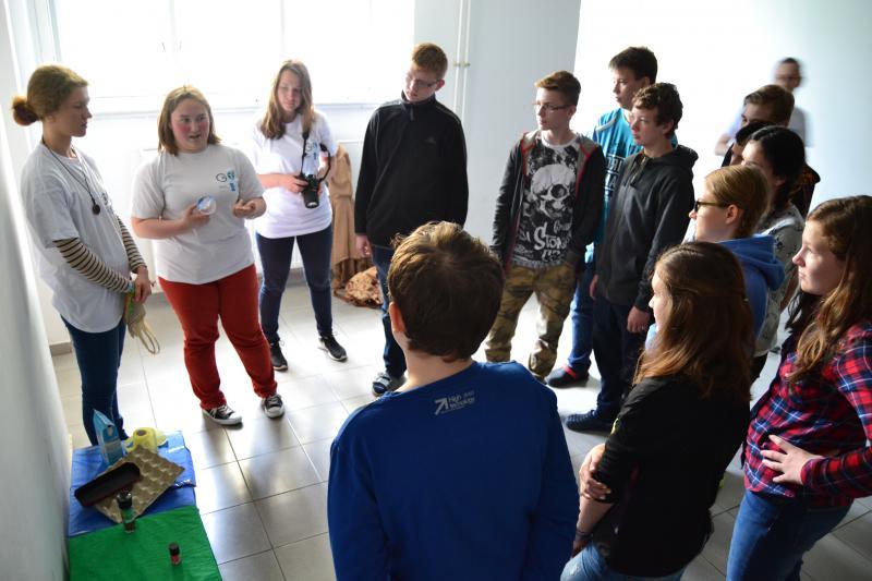 Žiaci sa učia správne triediť odpad. Autor: Patrícia Beličková