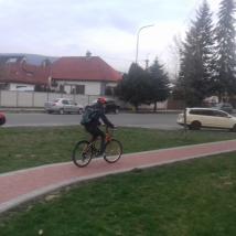 Cyklisti často jazdia po chodníku. Autor: M. Haluzová
